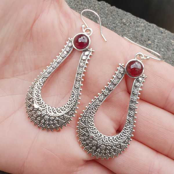 Zilveren lange bewerkte oorbellen met ronde Granaat