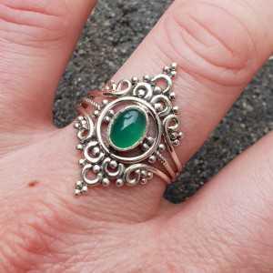 Zilveren ring gezet met groene Onyx en bewerkte kop 20 mm