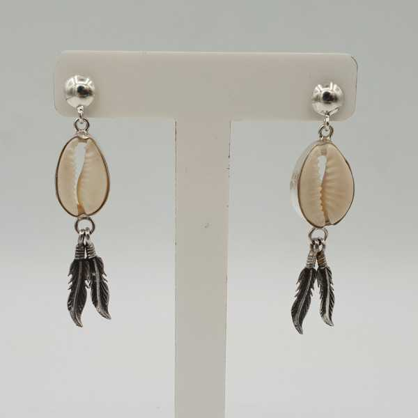 Zilveren oorbellen met Cowrie schelp en zilveren veertjes