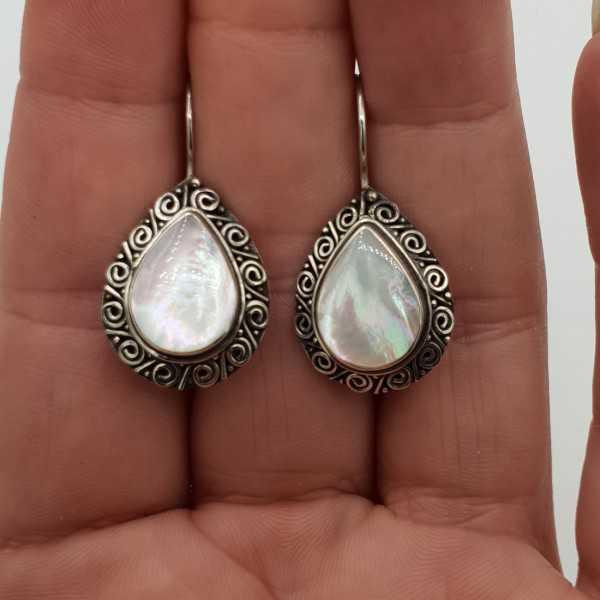 Zilveren oorbellen met Parelmoer gezet in bewerkte setting