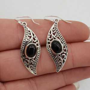 Zilveren oorbellen gezet met ovale zwarte Onyx