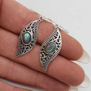 Zilveren oorbellen gezet met ovale Labradoriet