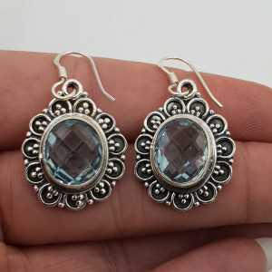 Zilveren oorbellen blauw Topaas gezet in bewerkte setting