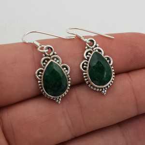 Zilveren oorbellen gezet met druppelvormige Emerald
