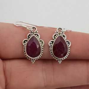 Zilveren oorbellen gezet met druppelvormige Robijn