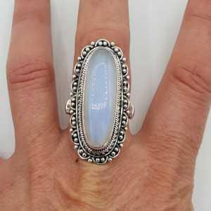 Silber-ring mit Regenbogen-Mondstein und geschnitztem Kopf