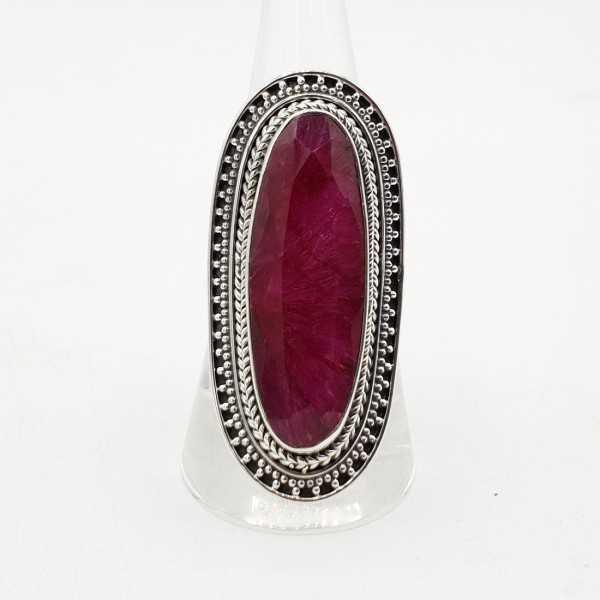 Ein silberner ring mit einem großen ovalen Rubin