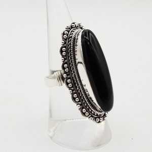 Zilveren ring gezet met zwarte Onyx en bewerkte kop