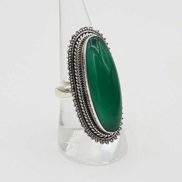 Ein Silber ring set mit ovalen grünen Onyx.