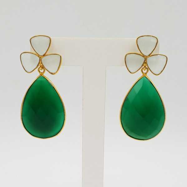 Vergoldete Ohrringe mit grünem Onyx und weißem Chalcedon