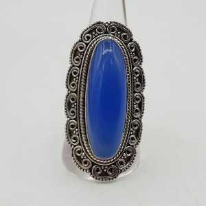 Ein silberner ring mit einem blauen Chalcedon und geschnitzten Köpfen