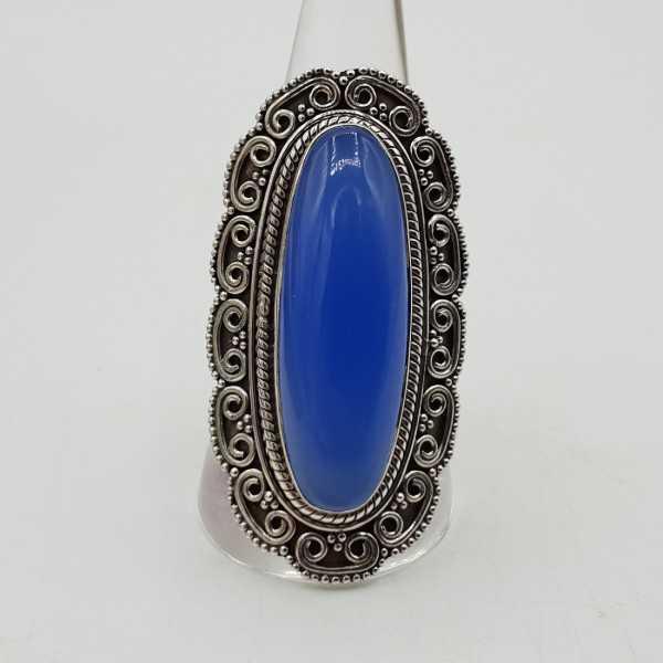 Zilveren ring met blauw Chalcedoon en bewerkte kop