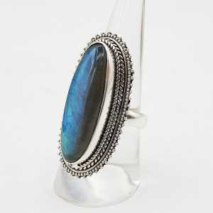 Zilveren ring gezet met ovale Labradoriet