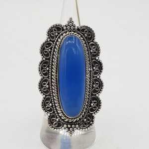 Zilvren ring mit blauem Chalcedon in einem geschnitzten Einstellung