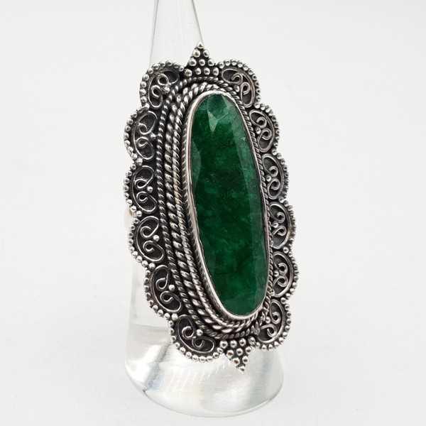 Zilvren ring mit einem Smaragd-legen Sie in einem geschnitzten Einstellung