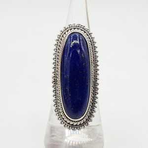 Ein Silber ring set mit einem ovalen Lapis Lazuli