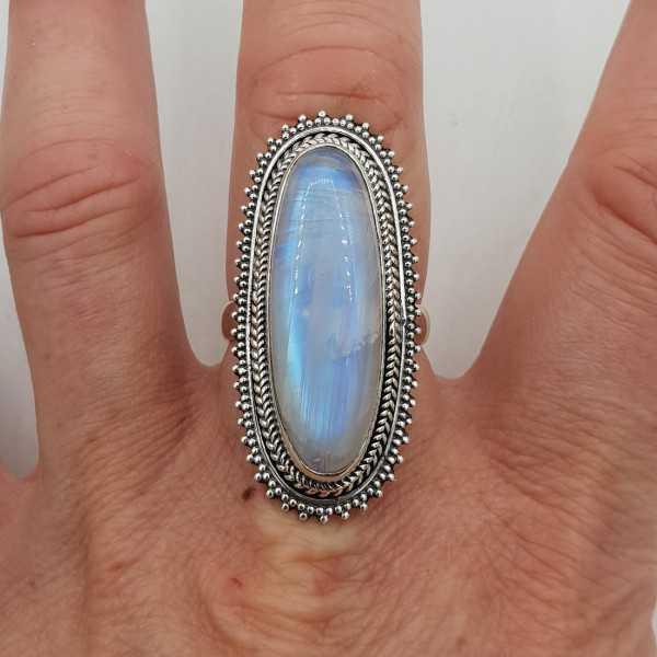 Ein Silber ring set mit einem ovalen Regenbogen-Mondstein