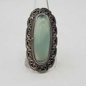 Zilveren ring met aqua Chalcedoon en bewerkte kop