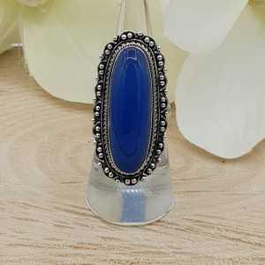 Ein Silber ring mit blauen Chalcedon sowie modifizierte Köpfe