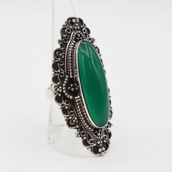 Ein Silber ring set mit einem ovalen grünen Onyx in jeder Umgebung