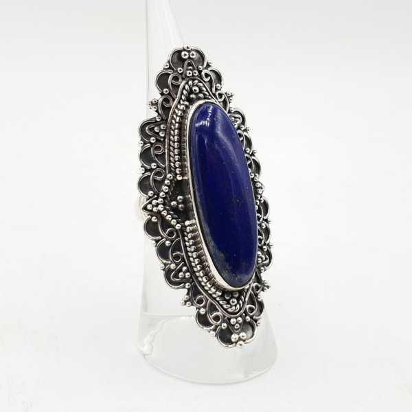 Ein Silber ring set mit einem ovalen Lapis-Lazuli-in jeder Umgebung