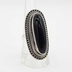 Ein Silber ring set mit einem ovalen schwarzen Onyx.