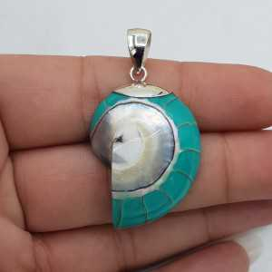 Ein Silber-Anhänger mit einem Türkis-blau Nautilus-Muschel