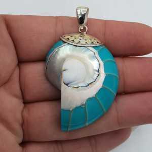 Ein Silber-Anhänger mit einem Türkis-farbigen-Nautilus-shell