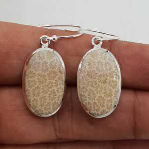 Zilveren oorbellen gezet met ovale Fossiel Koraal