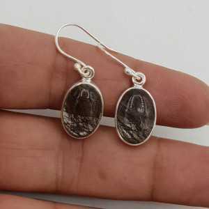 Zilveren oorbellen gezet met ovale zwarte Toermalijnkwarts