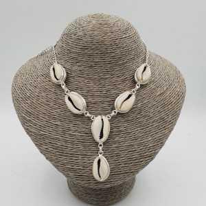 Eine silberne Kette mit Kauri Muschel
