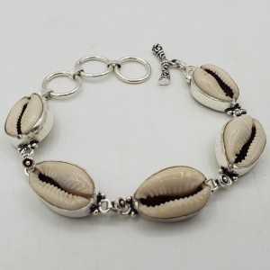 Ein Silber Armband mit Kauri shell