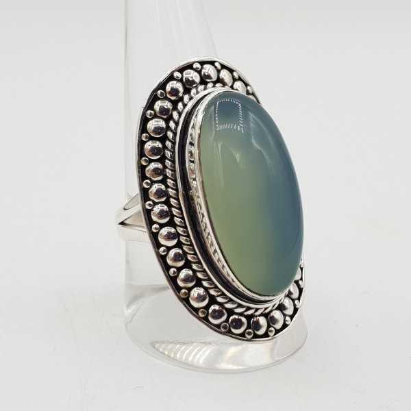 Ein Silber ring set mit einem ovalen aqua Chalcedon