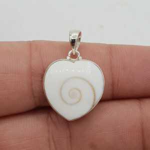 Einen silbernen Anhänger mit einem Herz-förmigen Shiva-shell und