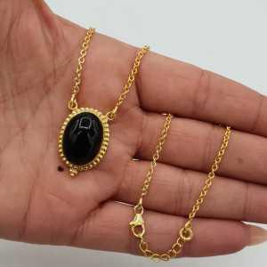 Vergoldete Halskette mit einem ovalen schwarzen Onyx-Anhänger