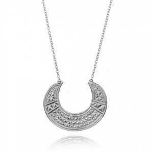 Eine silberne Halskette mit einem Halbmond-geschnitzt-Anhänger