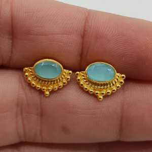 Goud vergulde oorknoppen met dwarsliggende ovale aqua Chalcedoon