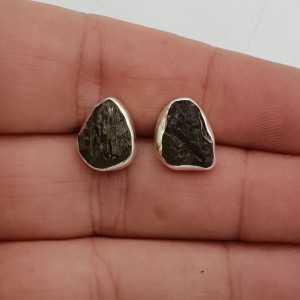 Zilveren oorknoppen met ruwe Moldaviet