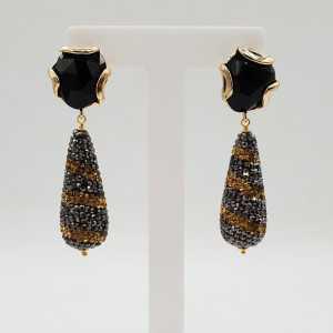 Goud vergulde oorbellen met druppel van goud en zwarte kristallen