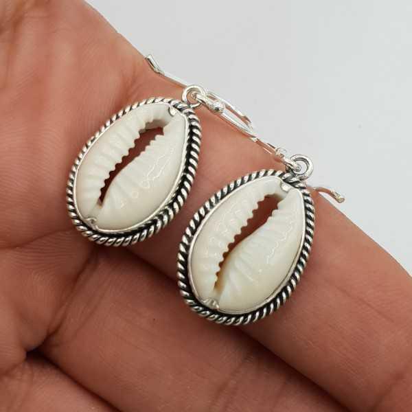 Zilveren oorbellen met Cowrie schelp