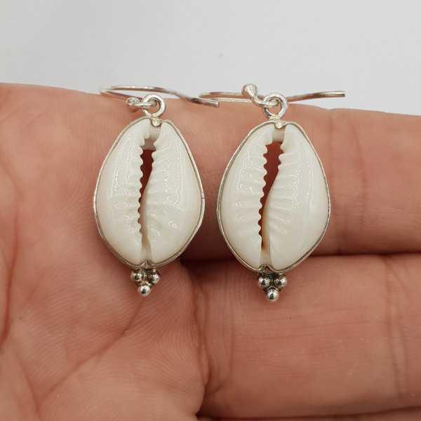 Zilveren oorbellen gezet met Cowrie schelp