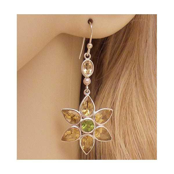 Zilveren lange oorbellen bloemen gezet met Citrien en Peridot