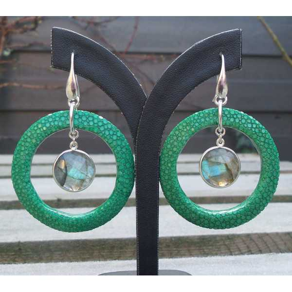 Zilveren oorbellen met ronde Labradoriet en groen Roggenleer