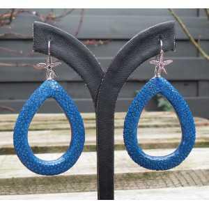 Zilveren oorbellen met open druppel van blauw Roggenleer