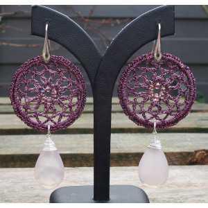 Zilveren oorbellen ring van zijdedraad en roze Chalcedoon briolet