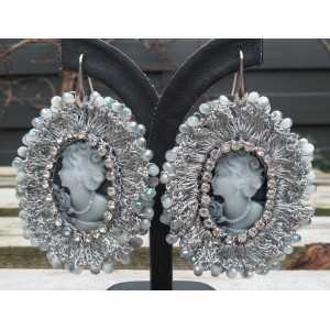 Zilveren oorbellen met camee hanger van zijdedraad en kristallen