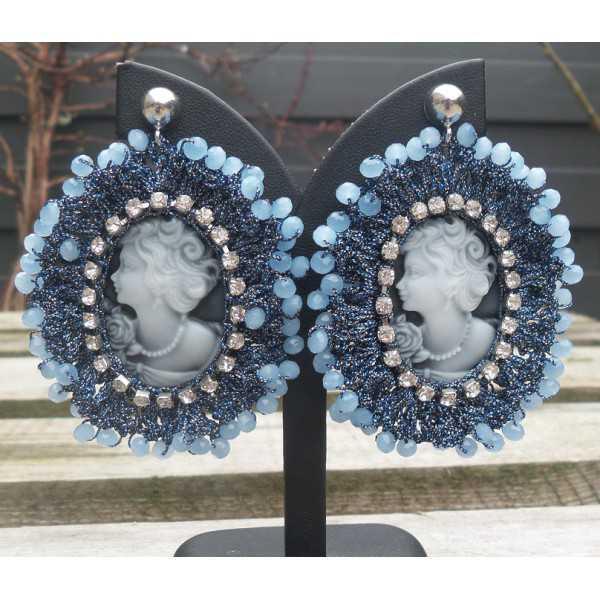 Zilveren oorbellen met camee hanger van zijdedraad en kristallen blauw
