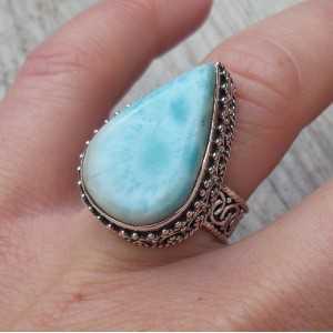 Zilveren ring met Larimar gezet in bewerkte setting 16.5 mm