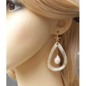 Vergoldete Ohrringe mit Büffelhorn und Keshi-Perle