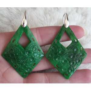 Oorbellen met uitgesneden groene Jade